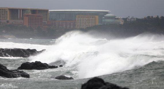 태풍 '찬투' 영향 제주 '최대 400㎜' 비바람…오후엔 남부·충청권도