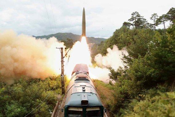 북한, 어제 열차에서 탄도미사일 발사…김정은은 불참(상보)
