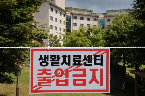 정부 '재택치료' 확대 검토…'통제·위급상황 대응·의료인력'은 과제