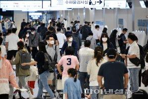 이른 아침부터 북적이는 김포공항 국내선