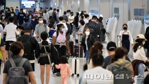 귀성객과 휴가객으로 가득한 김포공항