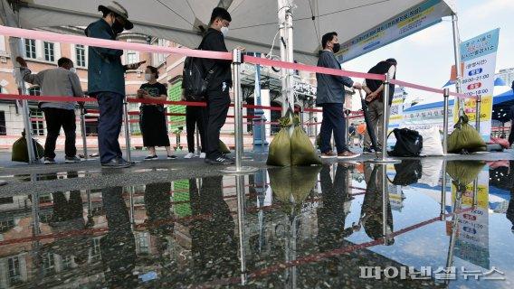 코로나19 검사 기다리는 시민들