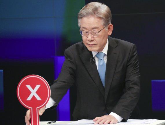 """""""찢기 좋아하는 이재명 가면을 찢겠다"""" 저격수 김부선의 선언"""