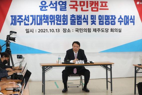 """윤석열 """"타 후보, 일주일만에 털려"""" vs 유승민 """"尹, 털려 발릴 사람"""""""