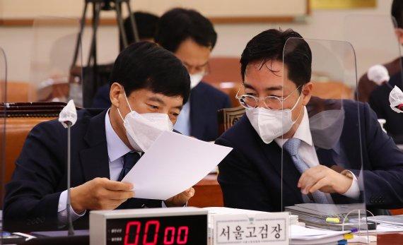 [국감] 머리 맞댄 이성윤 서울고검장·심우정 동부지검장