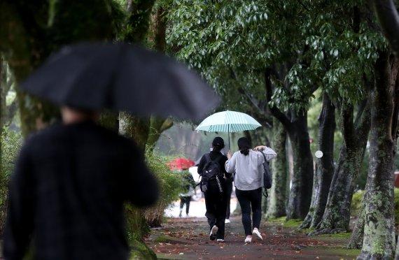 내일 흐리고 곳곳에 가을비...전국 최저기온 17도 안팎 '쌀쌀'