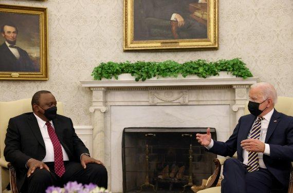 """바이든, 케냐 대통령과 회담…""""아프리카에 얀센 1700만 도스 추가 기부"""""""