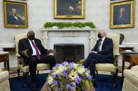 """바이든, 케냐 대통령에 """"코로나백신 1700만회분 지원"""""""