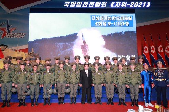 '국방전람회'에 외신은 김정은보다 '차력쇼'·'로켓맨'에 더 주목