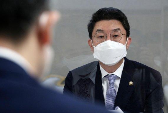 """기재차관 """"70% 접종완료 이달중 달성…소비쿠폰 재개 검토"""""""
